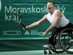 Tenista na vozíku v akci.